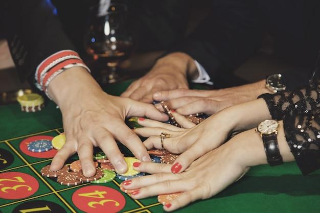 手とカジノチップ