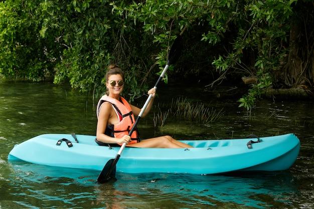湖でのカヤック幸せな若い女