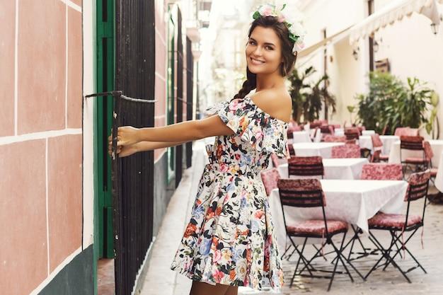 Счастливая женщина в красивом платье на улице