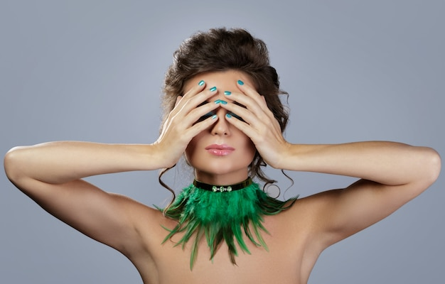 Красивая женщина с дорогими серьгами и стильным ожерельем
