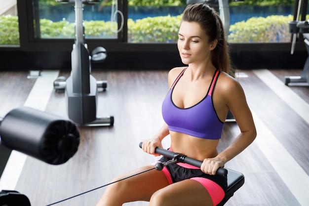 背中の運動をしている女性-シーテッドケーブルロー