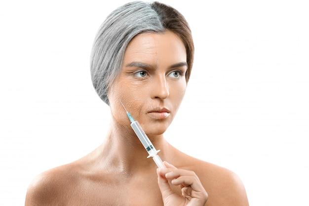 老いも若きも顔の比較。注射器を持つ女性。