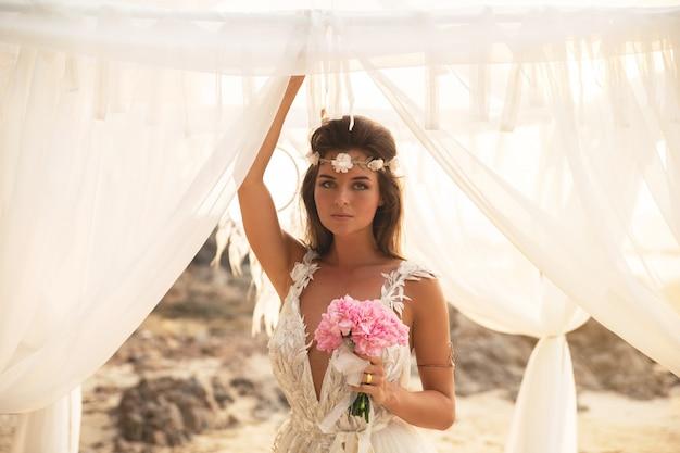 若くて美しい花嫁の結婚式を祝う
