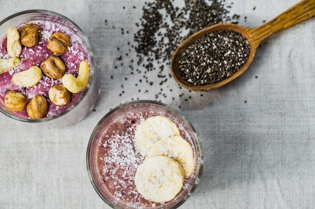 上から撮影したスムージーボウルの朝食。自然な素朴な表面の健康的な有機生食品の食事