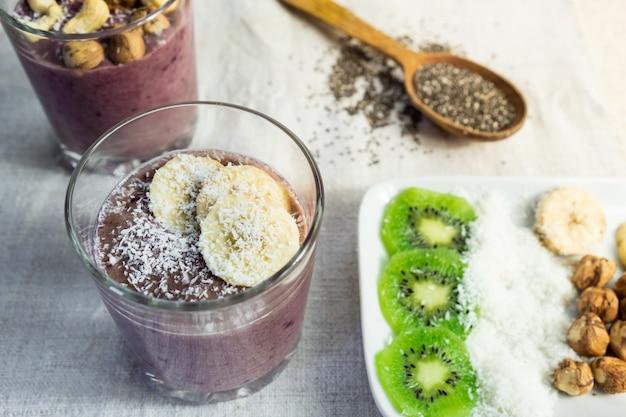 スムージーボウル朝食とトッピング成分。健康的な有機ローフードの食事