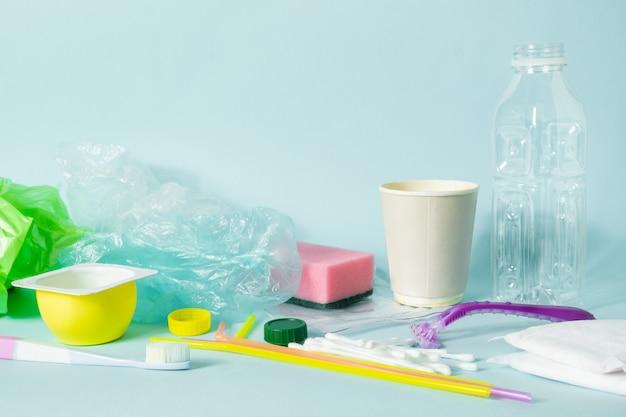 エコロジーを描いたペットボトル、衛生用品、プラスチックパッケージ
