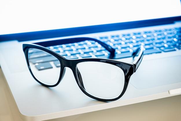 コンピューターのキーボードで休む青い光ブロッカー