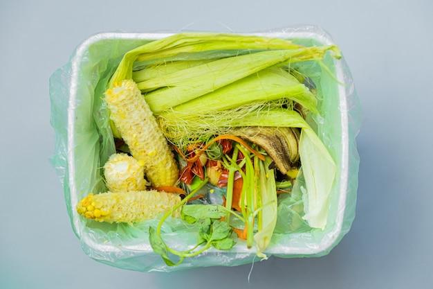 上から撃たれたバケツの中の有機食品廃棄物。