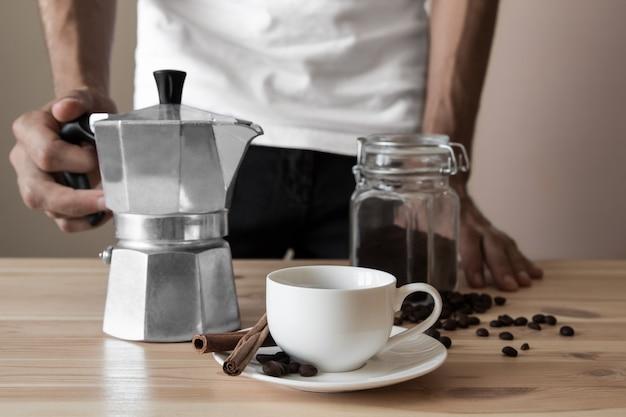 Белая чашка и итальянский кофейник