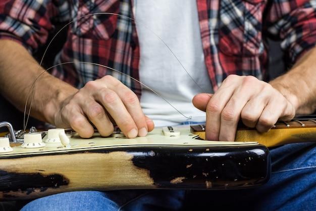Смена гитарных струн