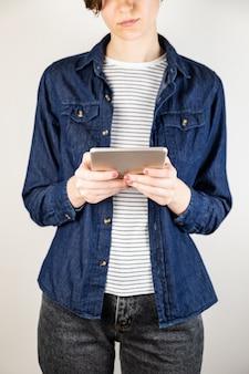 タブレットコンピューターを持つ若い女性。技術、白い背景の詳細ビューを使用して女性