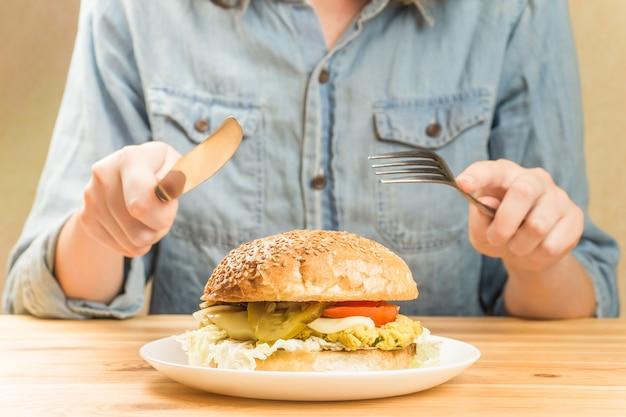 Вегетарианский бургер на тарелке
