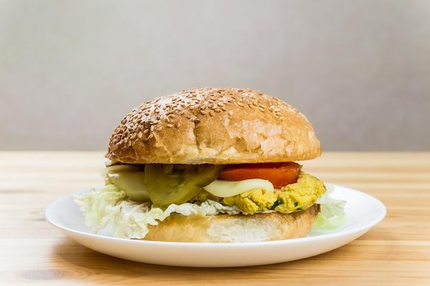 Вегетарианский бургер на белой тарелке