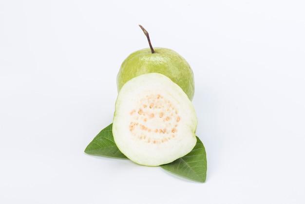 Белый ломтик гуавы с листом, изолированный на белом