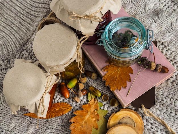 Набор полезных ингредиентов для лечения народными методами. варенье и сушеные травы для чая. уютная атмосфера.