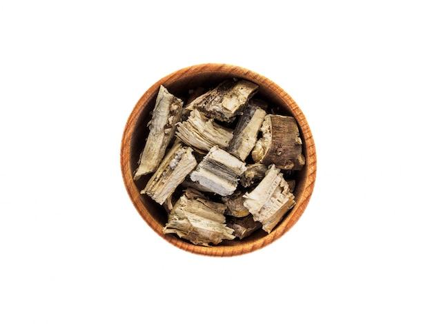 白いテーブルの上の木製カップでひまわりの根を乾燥させる