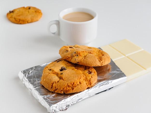 Кофе с молоком, печеньем и белым шоколадом