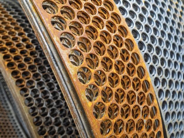 Металлическая катушка для армирования бетона. плита с отверстиями для кладки блоков и кирпича