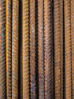 多数のフィッティング。建設用さびた鉄の棒。コンクリート構造物の補強