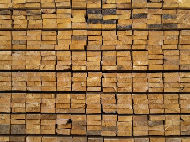 倉庫で積み重ねられたたくさんの板。建設でさらに使用するための木材