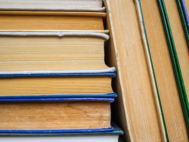 Куча старых книг. книги для любителей аналогового чтения. стопка книг на книжной полке