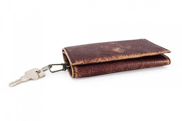 Ключ от дома в старом кожаном брелке коричневого цвета