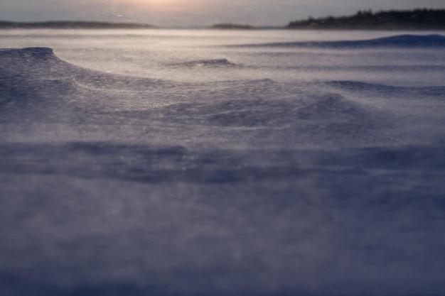 凍った湖の夜明け