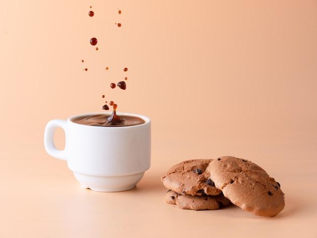 一杯のブラックコーヒーとビスケット