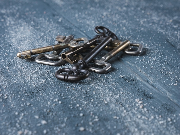 木製の背景に古いキー