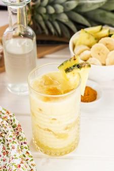 グラスで提供されるパイナップルのスムージー