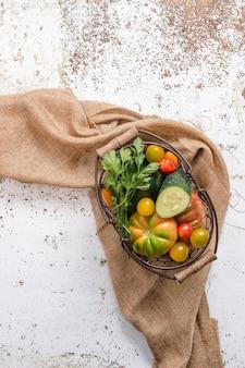 ラフィアの布の上に野菜が入ったバスケット