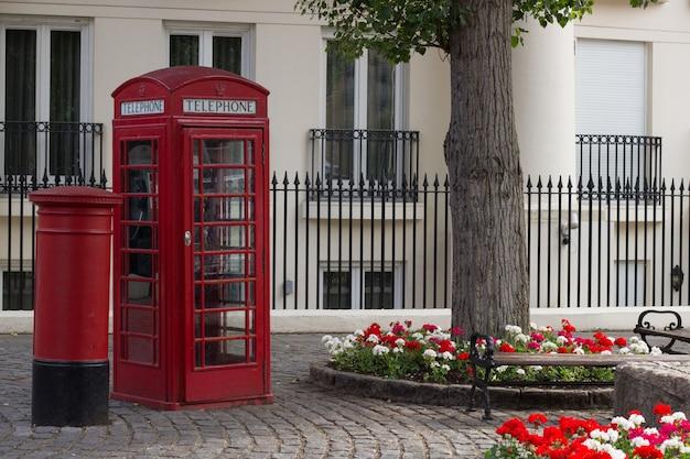 典型的な英語の電話ボックスと典型的な英語のポストボックス