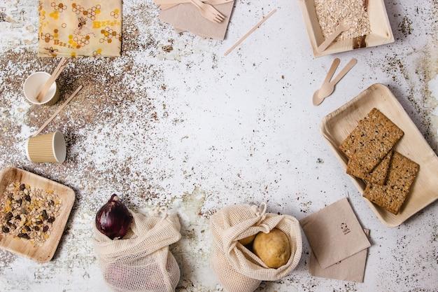 テーブルに表示されるボウル、皿、フォーク、ナプキン、さまざまなプラスチック製の無料食器。