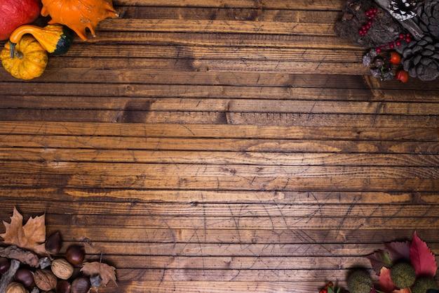 木製のバックグラウンドで秋のフレーム