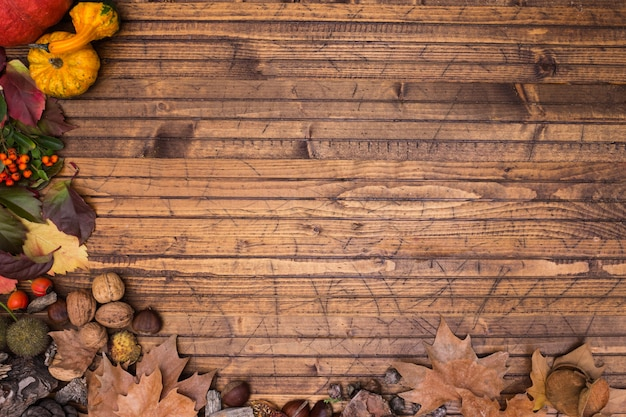 木材の背景の紅葉の木製フレーム