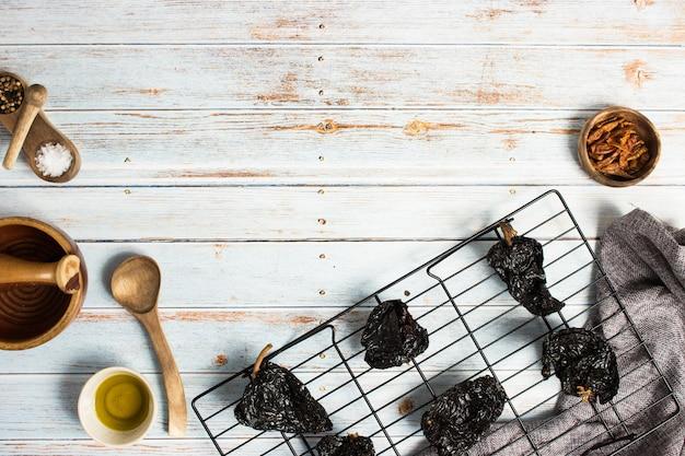 ソースを準備するために、他の材料と一緒にオーブンラックで黒唐辛子を乾燥させます