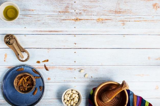 メキシコ料理を準備するためのツリーレッドチリス、ピーナッツ、塩、コショウ、オリーブオイル