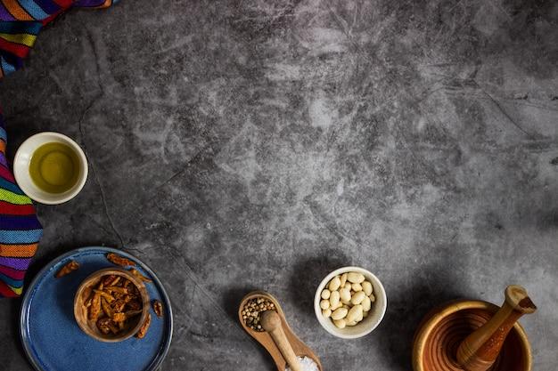 黒板にメキシコ料理を準備するためのツリー赤チリス、ピーナッツ、塩、コショウ、オリーブオイル