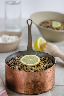 レンズ豆のボウルとご飯のボウル
