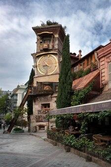 ジョージ劇場、トビリシ、トビリシ時計台、人形劇の近くの旧市街。美しい塔が落ちる