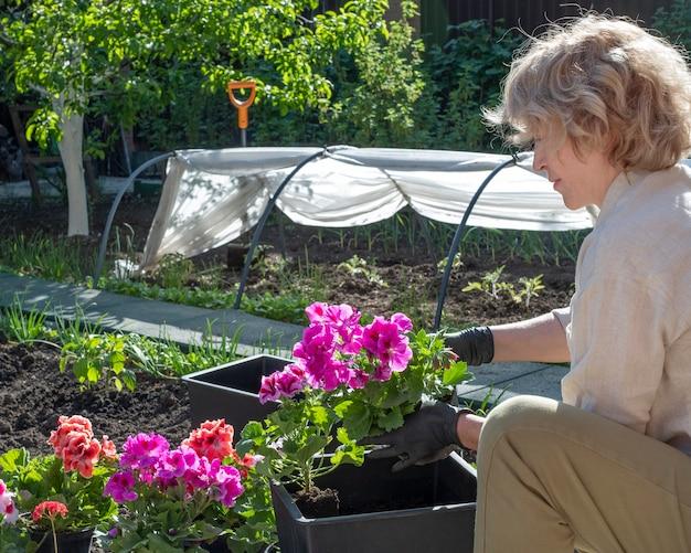 Садовник сажает цветы
