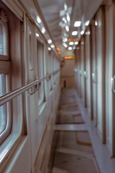 客車内の長い廊下。ぼやけた幾何学線