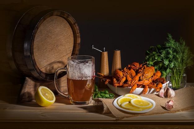 ビールのグラス、ビール樽、ザリガニ、スパイスのセット。アートデコレーション