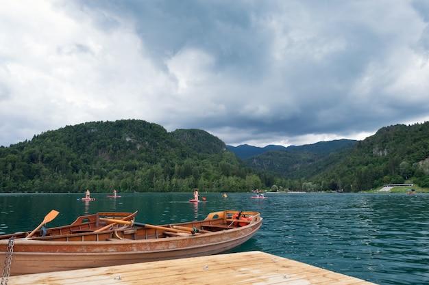 スロベニアのカヌーでのヨーロッパの休暇、湖でのボートの出血。