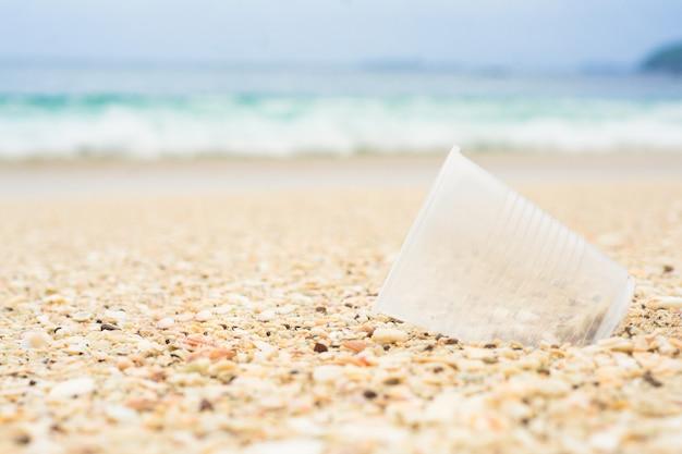 ビーチでプラスチックカップ