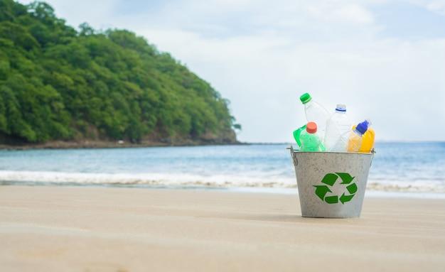 リサイクル、ビーチでペットボトルのバスケット