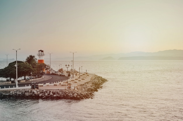 プンタレナスコスタリカのいくつかの岩と灯台とドック