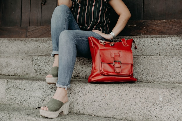 Женщины в сандалиях или туфлях с кошельком, кошельком и сумкой