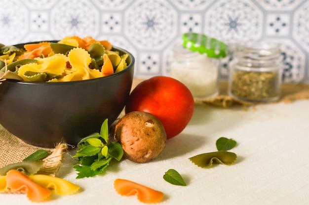 Фарфалле триколор органическая здоровая пища. итальянская паста