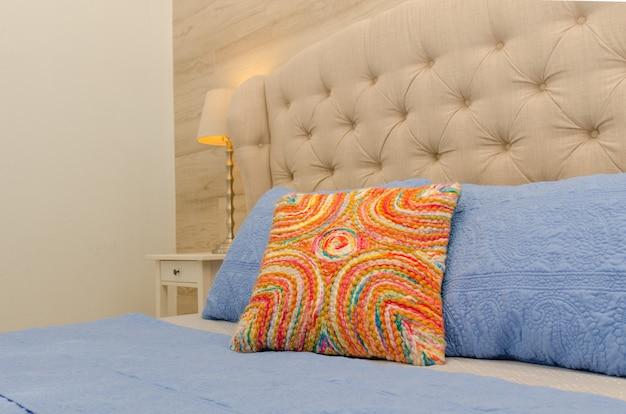 Современная спальня, узорные подушки, лампа, окна